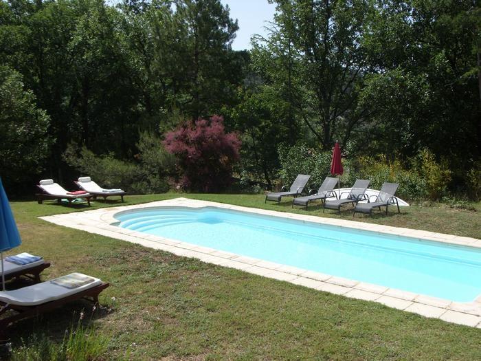 la piscine et ses transats, ombre ou soleil, au ch