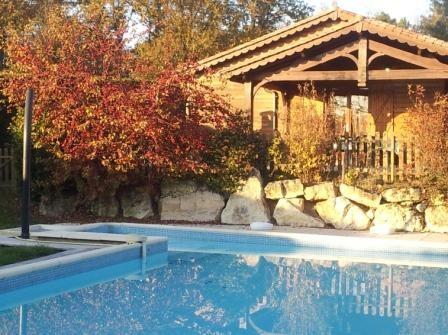 facade et piscine chauffée