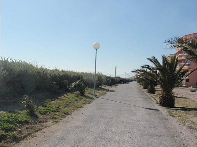 des kilomètres de pistes cyclables( là devant la résidence)