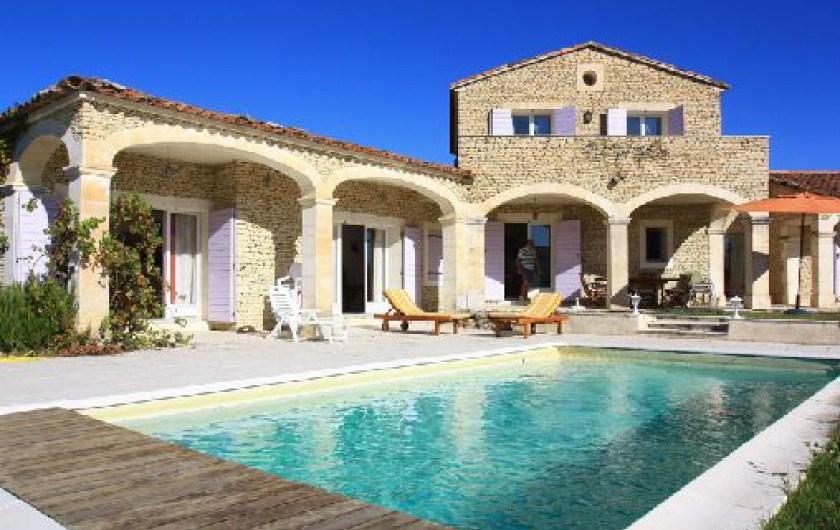 Villa située dans la plaine à 3 km de Gordes. C'est un havre de paix . Paradis pour les sportifs.