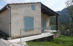 Gîte communal mitoyen à un autre gîte, faisant partie d'une maison indépendante située dans un petit village montagna...