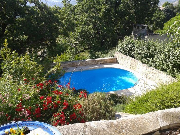 la piscine nichée dans un cadre de verdure