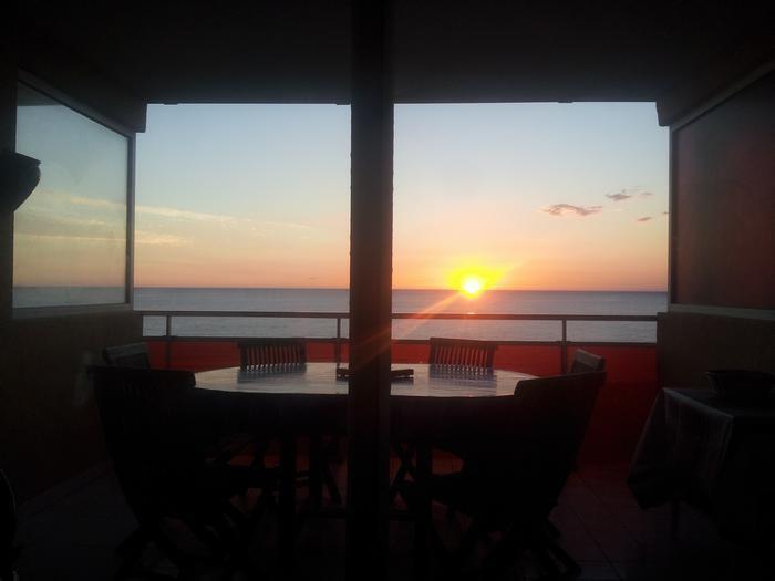 Lever du soleil depuis le salon-chambre coté mer