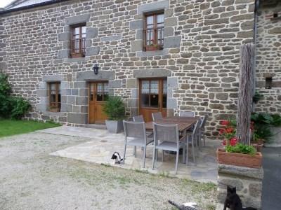 Maison de caractère (17ème), à la campagne sur une exploitatio agricole située entre Dinan,St Malo et le Mt St Michel...