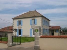 Maison totalement indépendante, située dans le village. Son style typiquement régional et sa capa...