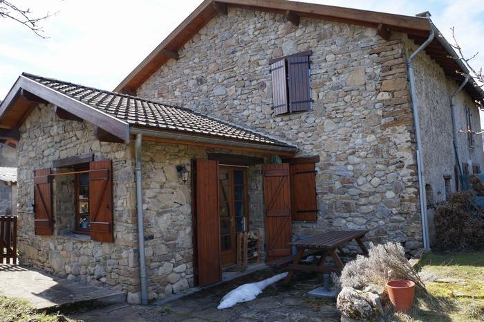 la maison en pierre, sa terrasse, chambre au 1er
