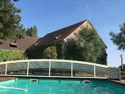 La piscine, chauffée grâce à son abris bas