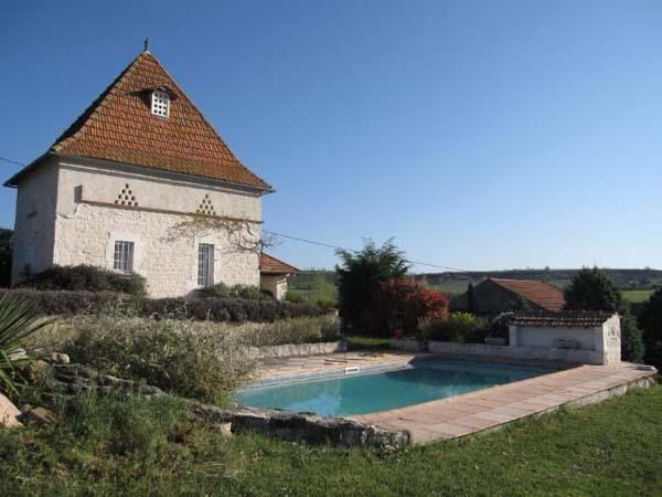Colombier indépendant avec étage, dans une propriété de 14 ha sur une colline face à la Tour. Le cadre est campagnard.