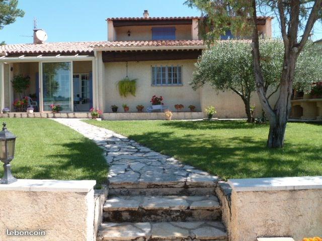 Belle villa en provence avec piscine couverte .