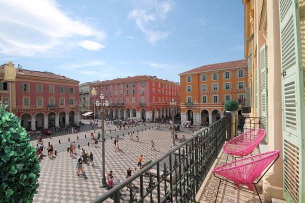 Meublé cinq étoiles donnant sur la Place Massena, luxueux et calme avec parking