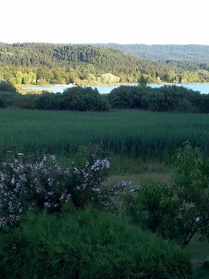 vue imprenable sur le lac à pêche et à baignade