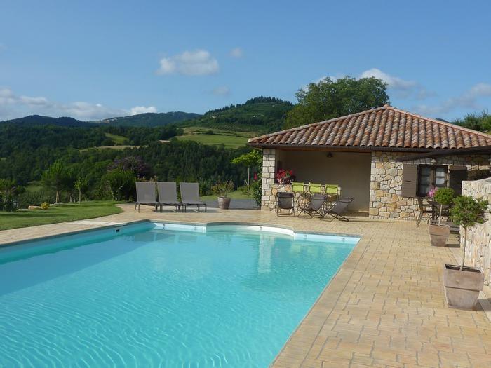 piscine avec vue sur le pool house