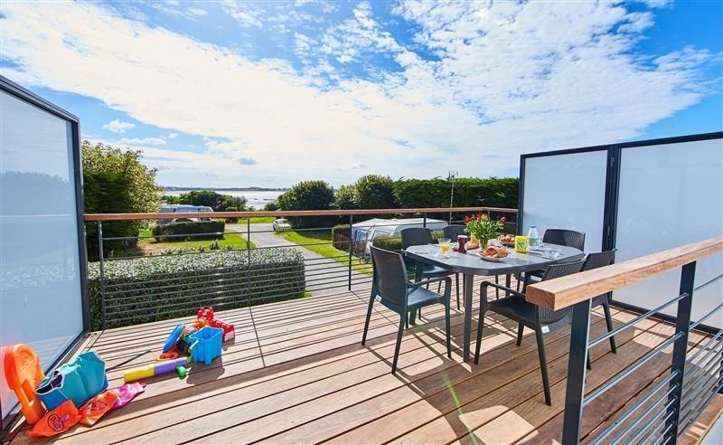 Découvrez cet appartement, en premier étage, situé en bord de mer à Ambon au camping ** de Cromenac'h.