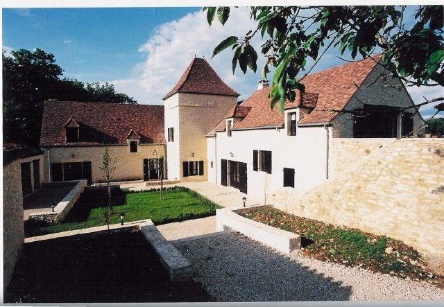 Il s'agit d'un vieux et luxueux manoir rénové, situé dans un cadre idyllique de verdure, sur un domaine de 13ha, au s...
