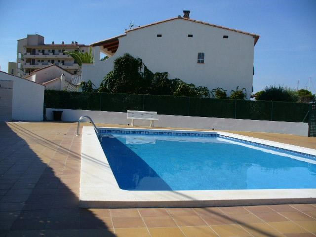 la maison et la piscine communautaire