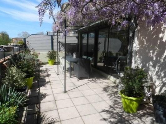 Appartement avec belle terrasse au premier étage d'un immeuble mitoyen comprenant un autre appartement à l'étage et u...