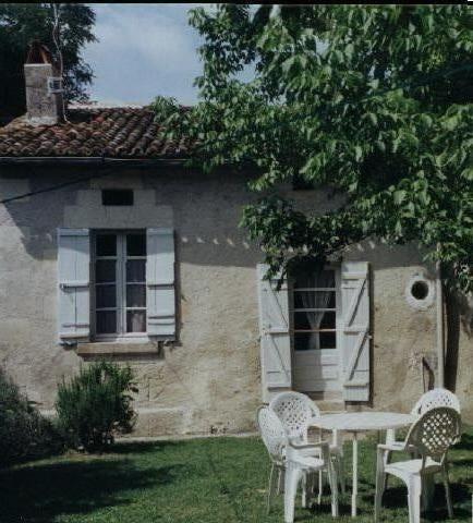 Location vacances Bonnes -  Maison - 5 personnes - Barbecue - Photo N° 1