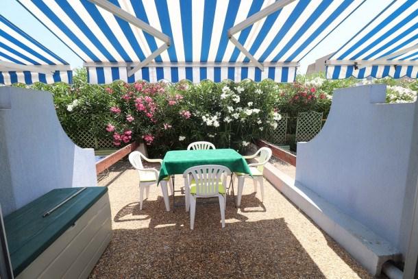 Studio Cabine en rez-de-chaussée avec belle terrasse, piscine et place de parking, 500m plage