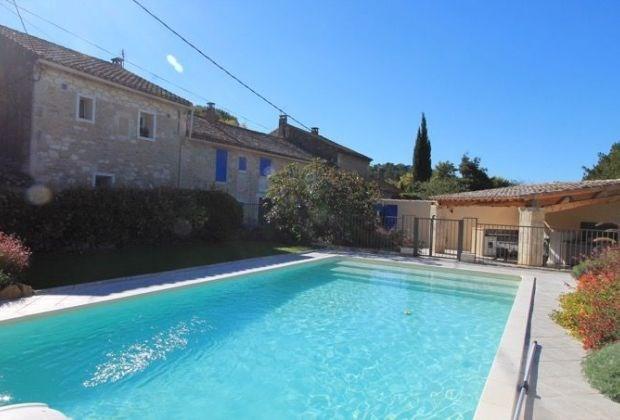 Au pied des Alpilles est un mas qui date du 17ième siècle, situé à Saint Remy de Provence (Bouches-du-Rhône...