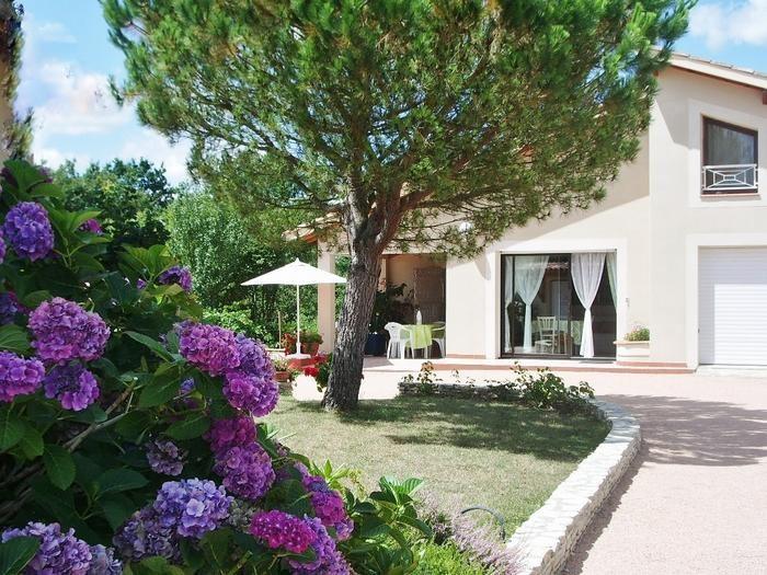 vue extérieure de la maison et de sa terrasse