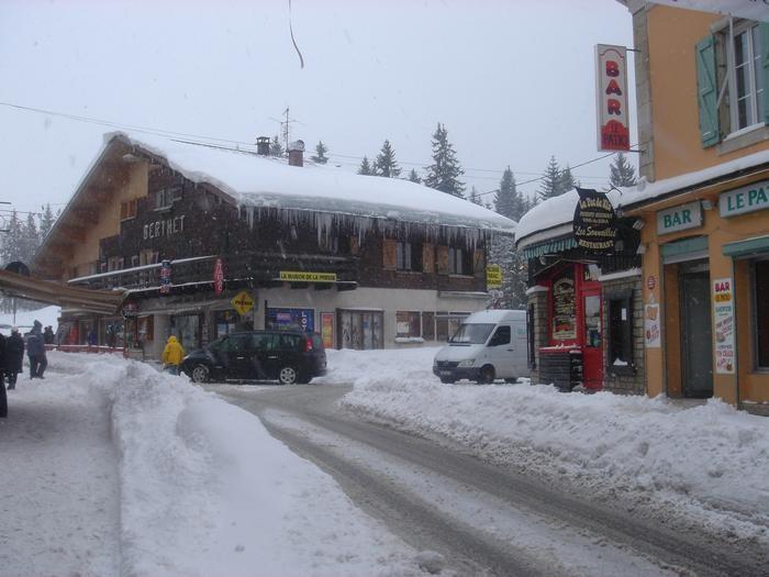 Le village des  Rousses enneigé, l'appartement  est à 250 m de ce lieu environ