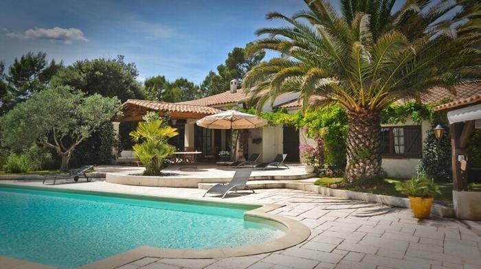 Villa, terrasses, piscine et palmier