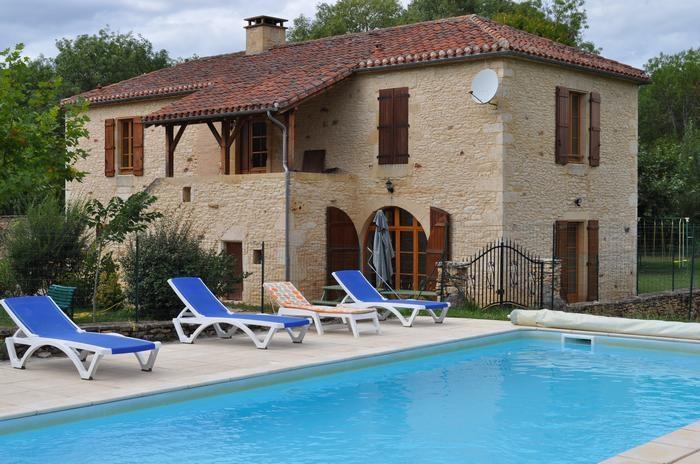 maison vue de devant avec piscine clôturée