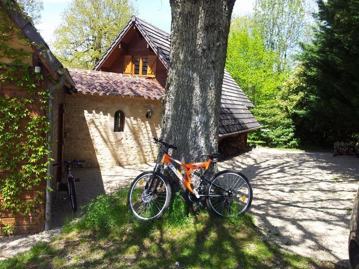 melange pierre et bois massif, sur parc privé et arboré (7000m2)
