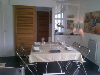 La table dépliée peut accueillir jusqu'à 8 personnes