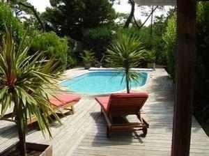 Villa récemment rénovée (avec goût) sur jardin clos et boisé de 1 200 m² à proximité du centre et des plages océanes ...