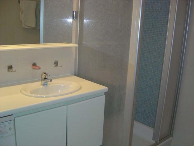 Appartement bien entretenu au 2ième étage avec vue sur mer.
