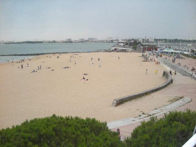 Très agréable appartement type 2 bis équipé pour 4 personnes au troisième étage avec une très belle vue mer et plage.