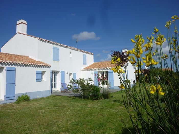 maison avant et terrasse(front- house and terrace