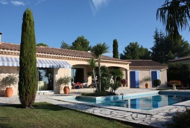 Vladia is a delightful holiday house, quietly located in a residential area of Caumont...