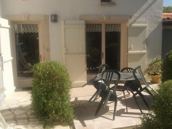 Petite maison au calme avec jardin et parking dans notre propriété à 5 km de La Rochelle et de l'île de Ré.
