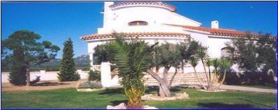 3 villas indépendantes, chacune avec jardin privé et clôturé partageant une grande piscine commune.