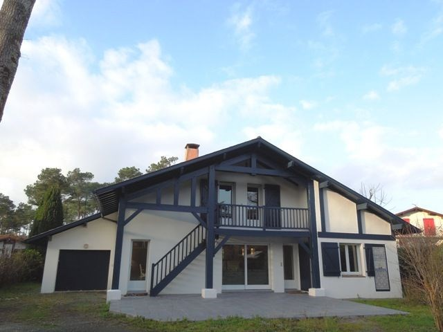 Agréable villa rénovée avec goût dans quartier résidentiel pour 8 personnes.