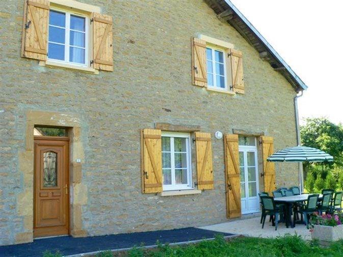 Gîte Le Campagnardà Douzy - à 8 Km de Sedan Ancienne ferme rénovée, semi-mitoyenne à un autre gîte dans le village.