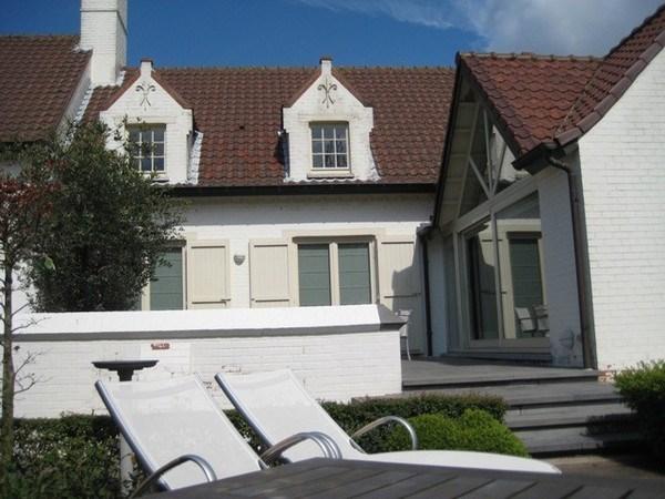 Villa met mooie tuin, rustig gelegen  100 m van zee/winkels