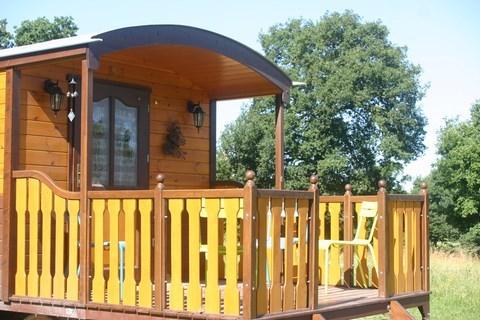 Pour vos week-ends et vos vacances, séjournez dans nos hébergements insolites en roulotte ou en hutte