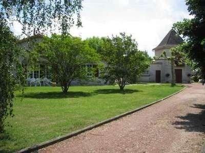 Les Eglisottes est une très belle grande maison de vacances, située à Les Eglisottes en Dordogne, avec un grand jardi...
