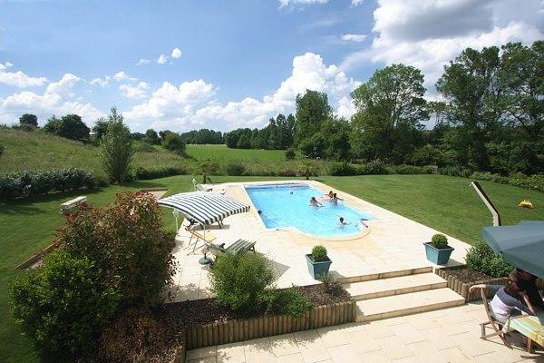 Vue côté piscine et terrains de jeux.
