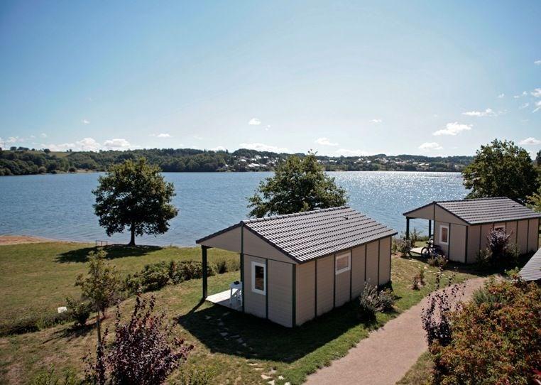 Avec ses chalets ouverts sur une plage privée, le Hameau des Lacs en Lévézou dégage l'horizon sur les 200 hectares du...
