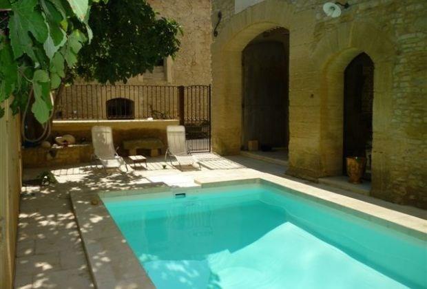 Le Mas de la Fontaine est une authentique maison de vignerons en pierres dorées du Gard...