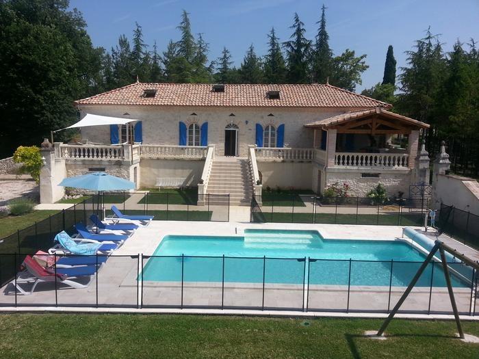Vue sur maison et piscine
