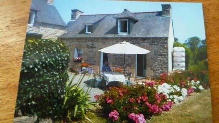 Maison bretonne  avec son jardin fleuri