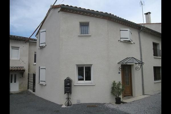 Située à la sortie de Castres en direction de Toulouse, cette location rénovée vous propose toute la modernité et le ...