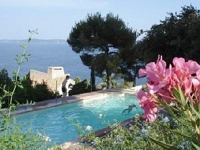 piscine et grande terrasse vue mer