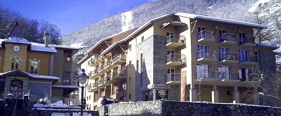 La résidence se compose d'appartements de standing répartis sur 5 chalets sur un domaine clos et arboré. Toits en ard...