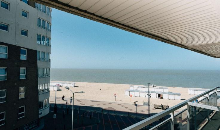 Vernieuwd en zonnig appartement met zicht op zee